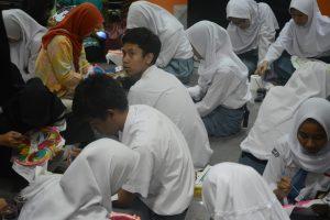 Siswa SMA Mengikuti workshop membatik di Museum Nasional