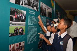 Pengunjung mengapresiasi pameran