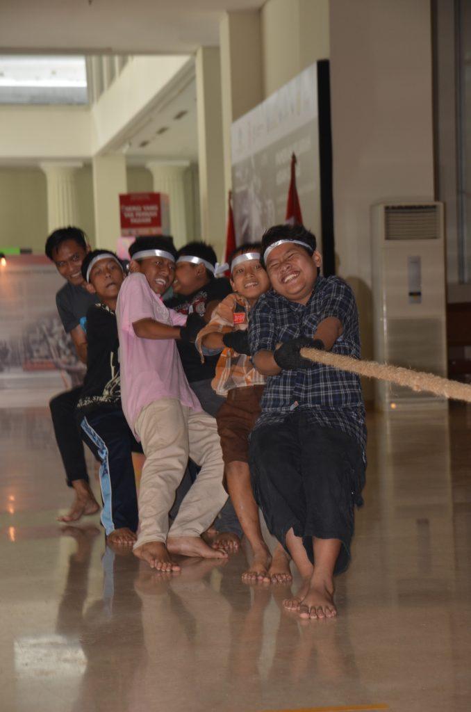 """Sejumlah pengunjung turut ambil bagian dalam Lomba """"Agustusan di Museum Nasional"""
