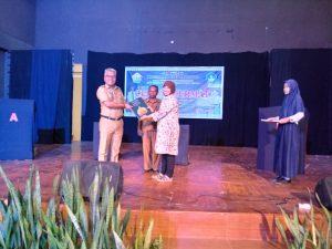 Kepala UPTD Museum dan Taman Budaya Sulawesi Tenggara menerima souvenir dari Museum Nasional