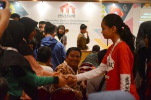 Para peserta saling menyemangati peserta lainnya dalam seminar Motivasi