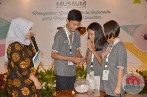 Salah satu kontingen provinsi mengambil undian grup Lomba Cerdas Cermat Museum SMP/MTs Tingkat Nasional