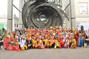 Foto para peserta dengan pakaian tradisional