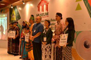 Penyerahan piala juara harapan dan hadiah oleh Kepala Museum Nasional, Drs. Siswanto, MA
