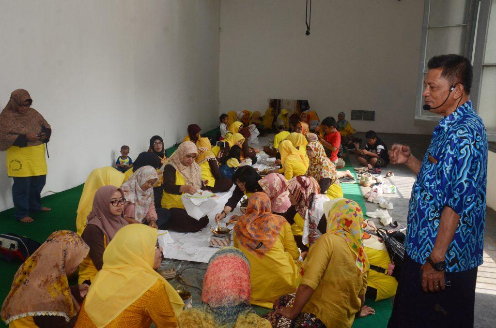 Guru - guru TK Workshop Membatik di Museum Nasional