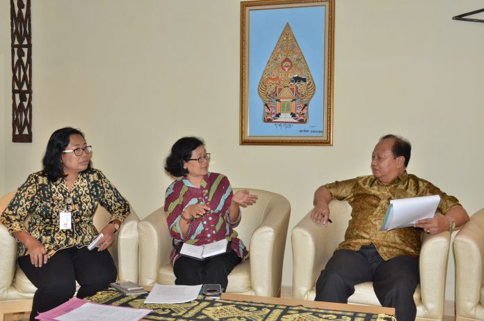 Dra. Sri Patmiarsih, M.Hum menjelaskan tentang pengelolaan dan pelayanan di Museum Nasional
