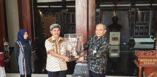 Kepala Museum Nasional menerima Piala Bergilir Mendikbud