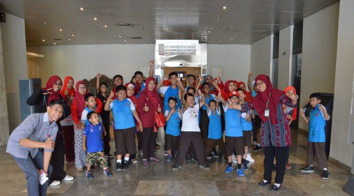 Foto_bersama_murid-murid_SLB_Kembar_Karya